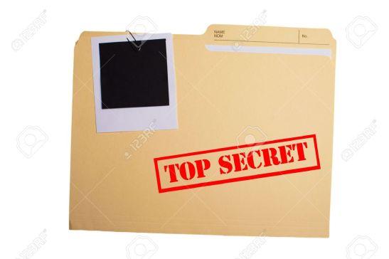 17351860-una-carpeta-con-top-secret-estampado-en-la-parte-delantera-y-una-fotografía-en-blanco-recortado-a-lo